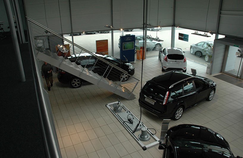 Autohaus Köster - Treppenaufgang im Showroom