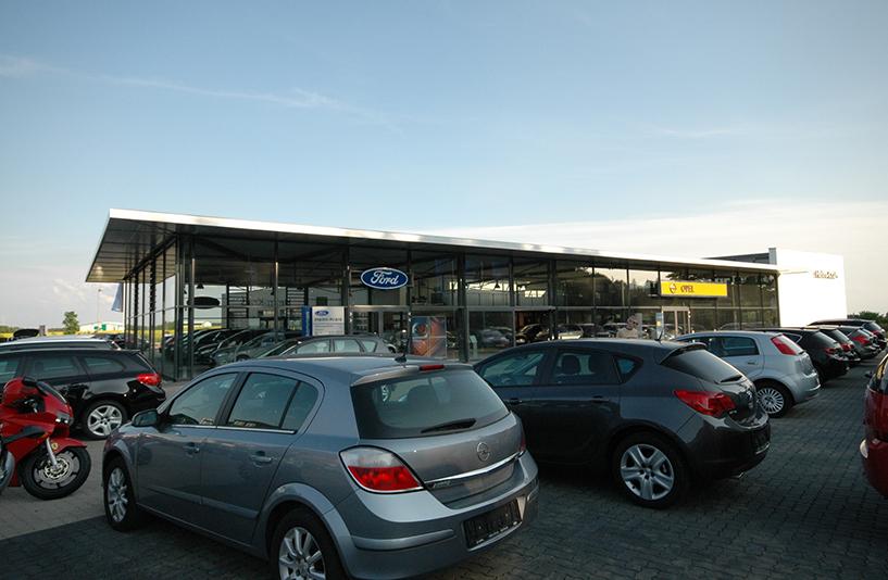 Autohaus Helm Krais - Verkaufsautos im Außenbereich