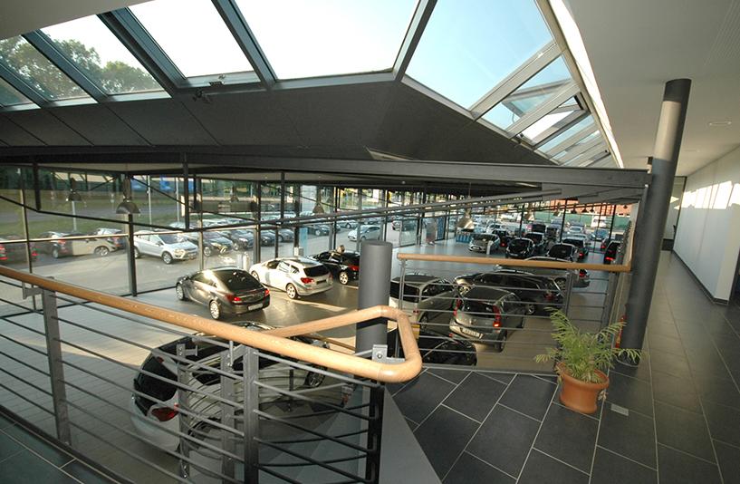 Autohaus Helm Krais - Innenausstellung aus der Vogelperspektive