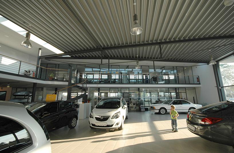 Autohaus Helm Krais - Der Showroom begeistert auch kleine Kunden
