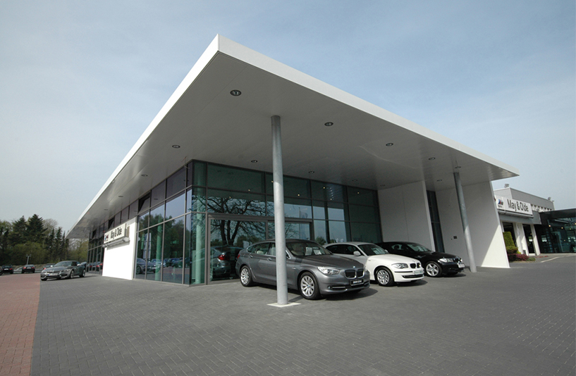 Autohaus May & Olde - Seitenansicht des Eingangs