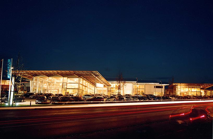 Autohaus Unterberger - Straßenansicht bei Nacht