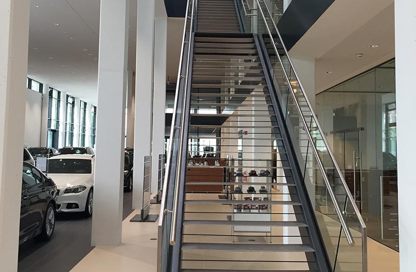 Autohaus BMW Nefzger Berlin - Aufgang zu den Meetingräumen