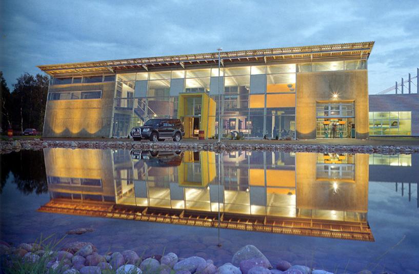 Gros Auto - Gebäudebeleuchtung bei Dämmerung