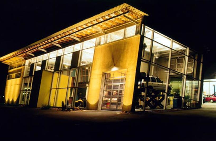 Gros Auto - Gebäude bei Nacht