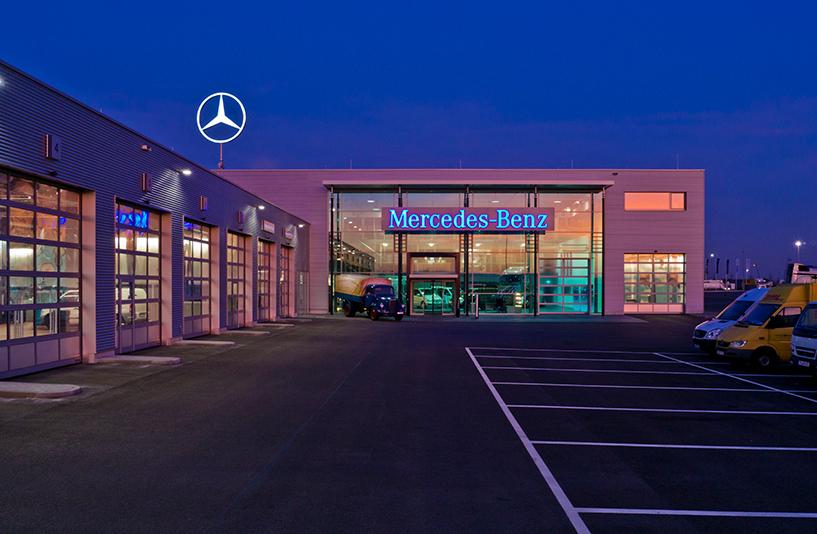 Mercedes-Benz NFZ-Zentrum Augsburg - Außenansicht bei Nacht