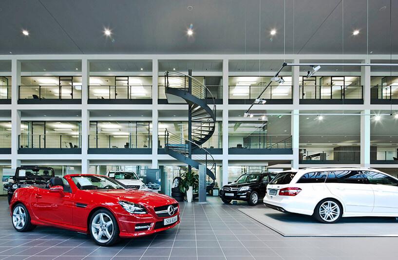 Mercedes-Benz PKW NDL Nürnberg – Showroom mit Blick auf die Spindeltreppe