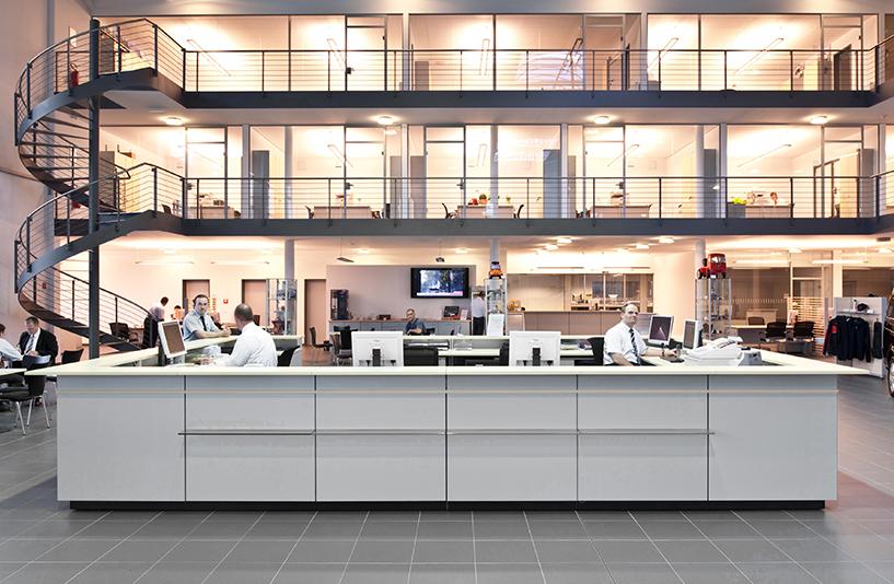 Mercedes-Benz NFZ-Zentrum Berlin – Informationstresen mit Büroräumen im Hintergrund