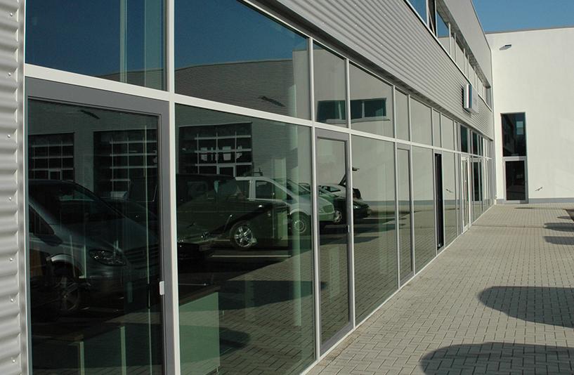 Mercedes-Benz NFZ-Zentrum Eschweiler – Außenansicht der Fensterfronten