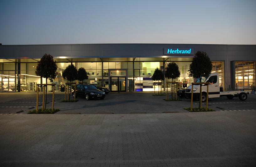 Mercedes-Benz Herbrand – Außenansicht bei Dämmerung