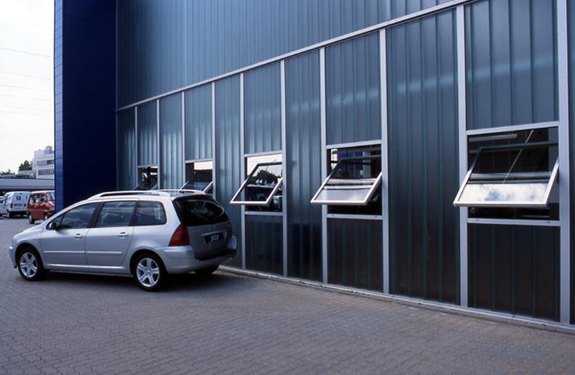Peugeot Lokstedt – Hallenansicht mit Fenstern
