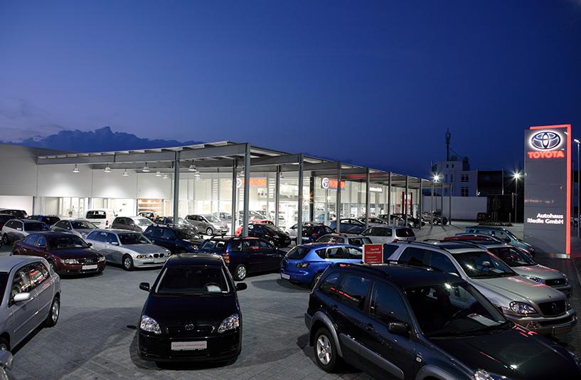 Toyota Autohaus Riedle – Außenansicht bei Nacht