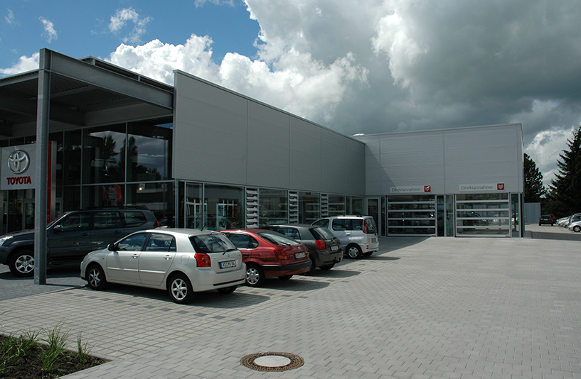 Toyota Autohaus Riedle – Außenansicht | Parkplätze