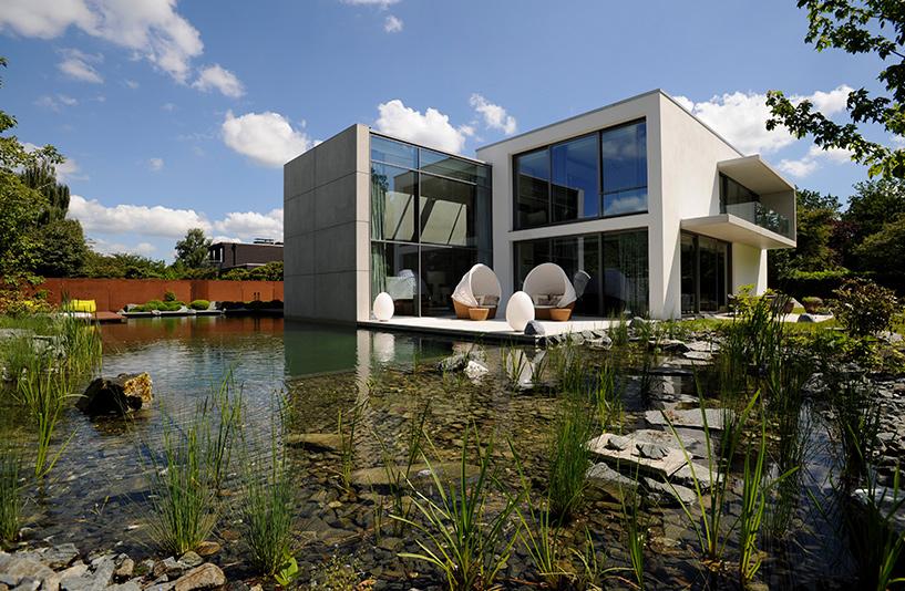 Villa K - Gebäudeansicht über den Gartenteich