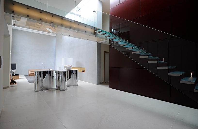 Villa K – Wohnbereich und freitragende Glastreppe mit LED hinterleuchteter Glasbrücke