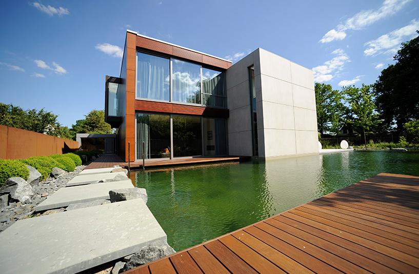 Villa K in Hamburg – Außenansicht mit Naturschimmteich