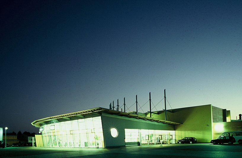 Autohaus Meyer - Gebäude bei Nacht