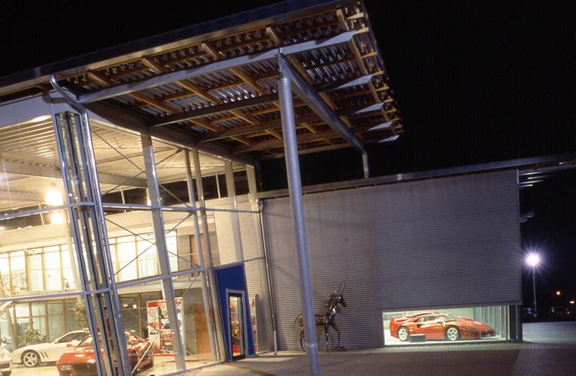 Autohaus Wendelstein – Außenansicht bei Nacht