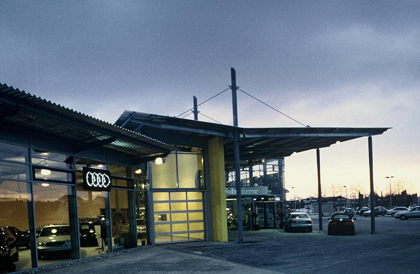 Autohaus Wolkenhauer  – Außenansicht bei Dämmerung