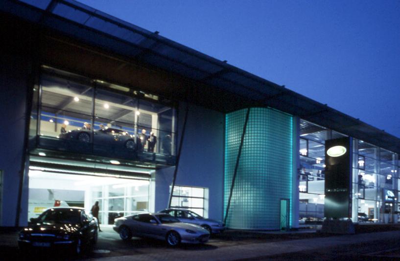 Autohaus Kreuzer - Gebäudebeleuchtung bei Nacht