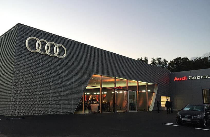 Audi Zentrum Bielefeld - beleuchtete Frontansicht