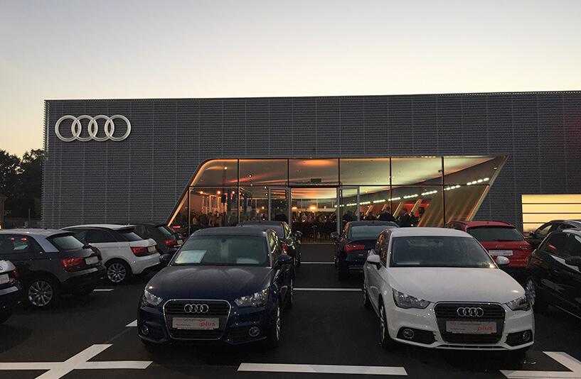Audi Zentrum Bielefeld - Verkaufsautos bei Sonnenuntergang