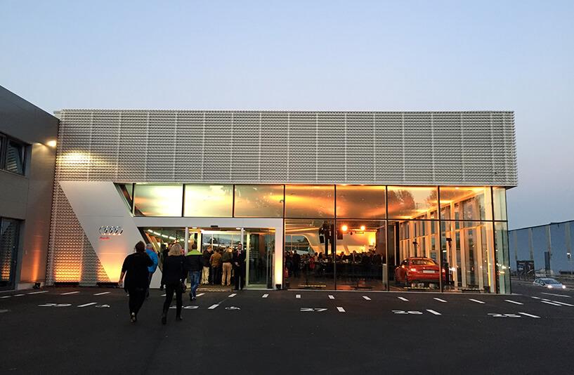 Audi Zentrum Bielefeld - Seiteneingang bei Dämmerung
