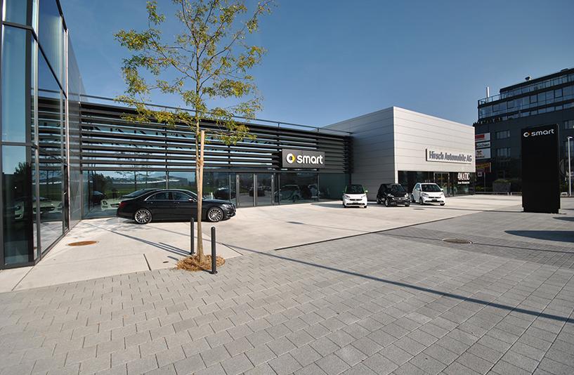 Autohaus Hirsch - Eingangsbereich aus der Seitenansicht