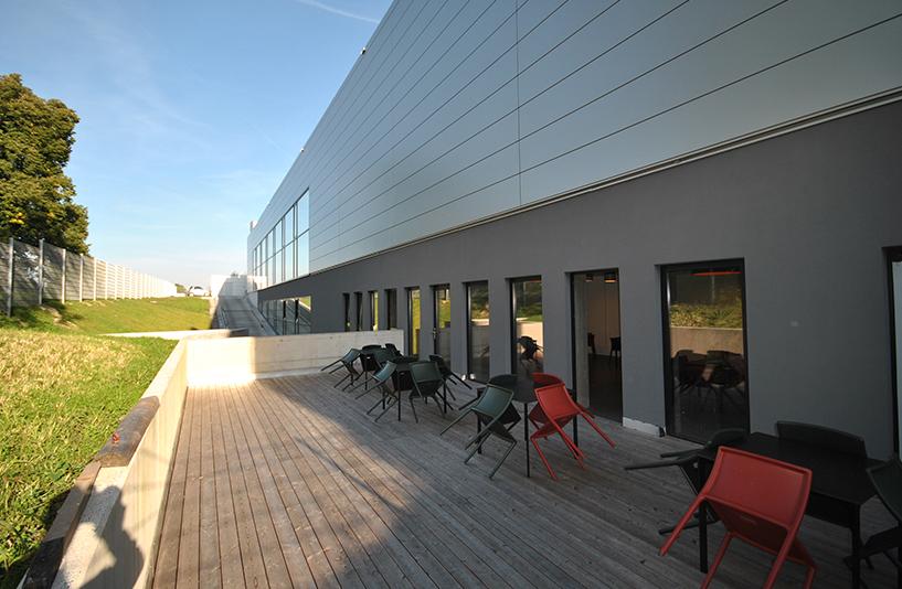 Autohaus Hirsch - Wartebereich außen