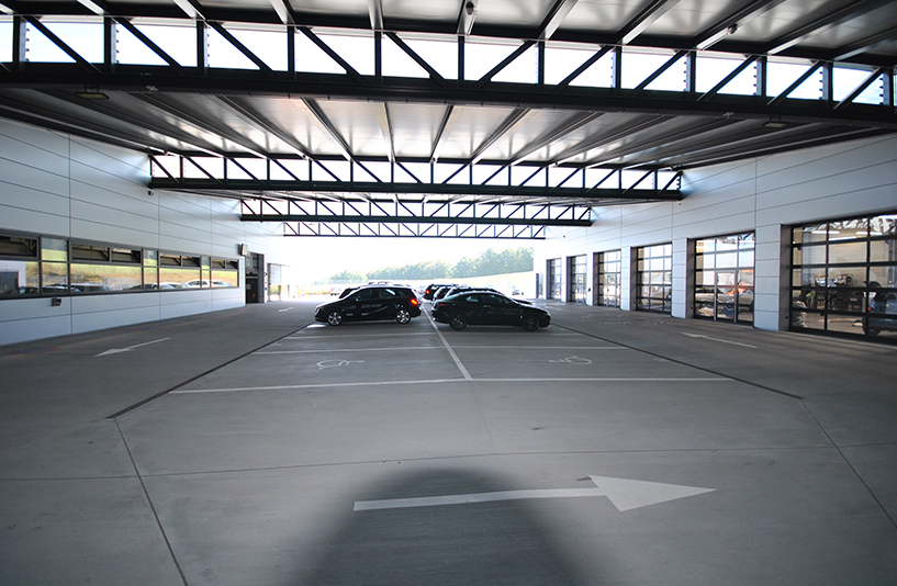 Autohaus Hirsch - Parkplätze vor der Werkstatt