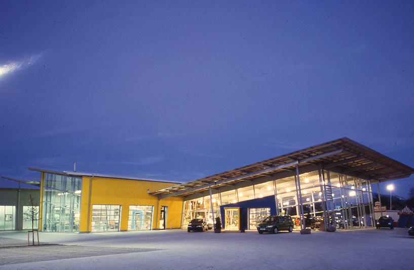 Autohaus Wendelstein - Gesamtansicht bei Nacht