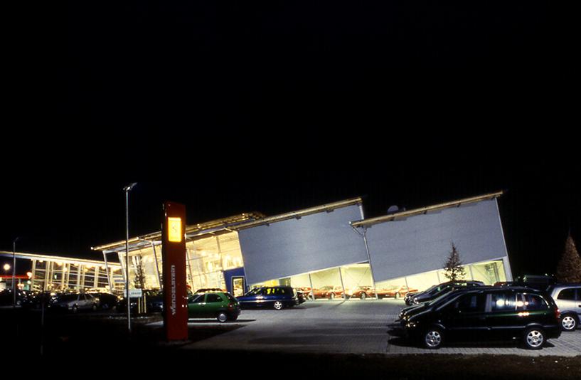 Autohaus Wendelstein - Außenansicht bei Nacht