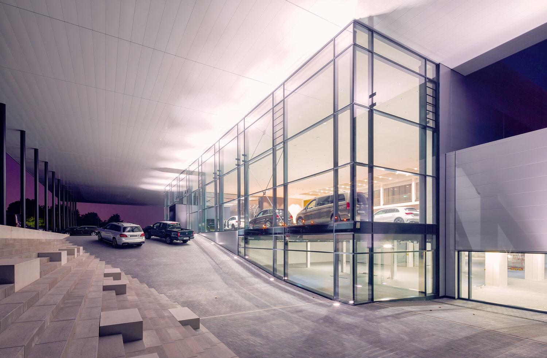 Mercedes-Benz_Niederlassung_Augsburg_Aussen_Rampe-web